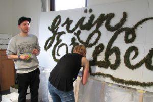 Die Entstehung eines Moosgraffiti mit Senor Schnu